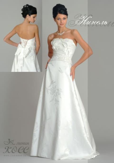 Атласное свадебное платье с юбкой А-силуэта и изящными драпировками на корсете.