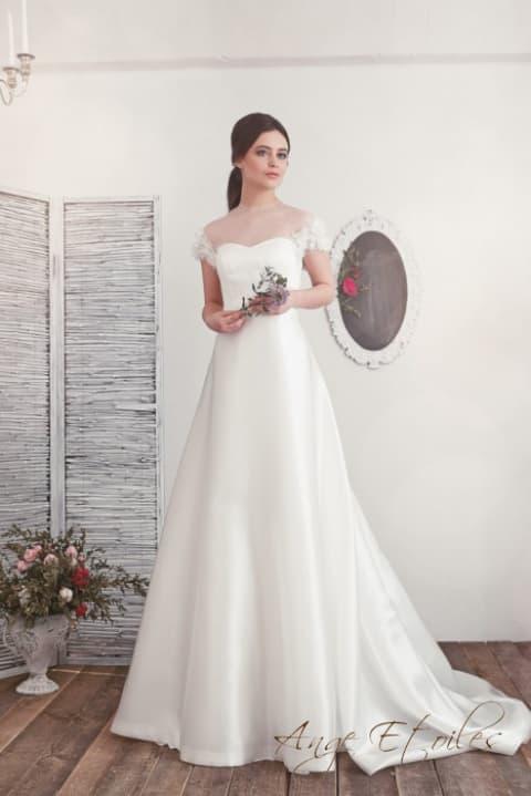 Свадебное платье «принцесса» с объемной отделкой рукавов и тонкой вставкой над лифом.