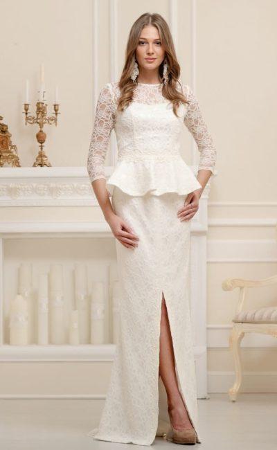 Прямое свадебное платье с разрезом на юбке и короткой баской из плотной ткани.