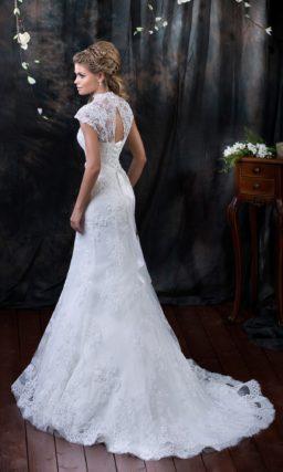 Женственное свадебное платье с V-образным вырезом, широкими бретелями и романтичным шлейфом.