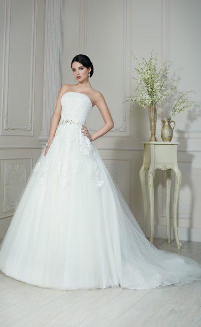 Открытое свадебное платье пышного кроя с кружевными аппликациями по корсету и шлейфом сзади.
