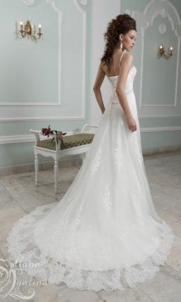 Роскошное свадебное платье с тонкими бретелями и длинным шлейфом.