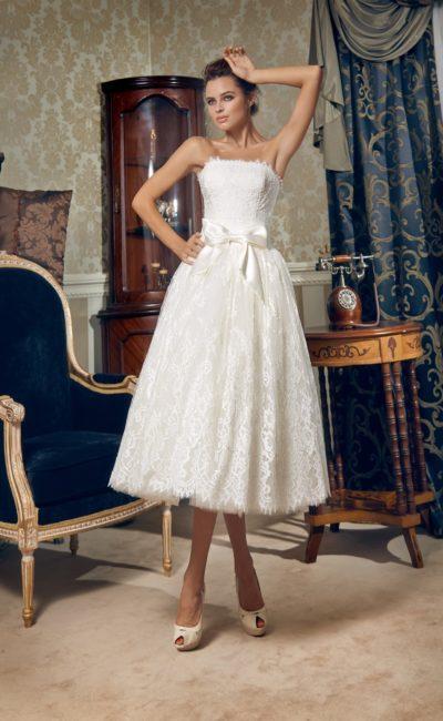 Стильное свадебное платье чайной длины с широким атласным поясом с бантом на талии.