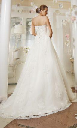 Свадебное платье «трапеция» с нежным кружевным лифом и поясом, расшитым спереди бисером.
