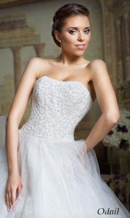Стильное свадебное платье пышного кроя с открытым корсетом, покрытым кружевом.
