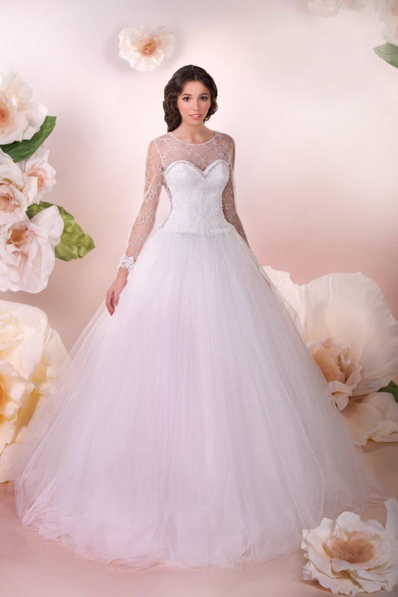 Пышное свадебное платье с кружевной вставкой над декольте и выразительным вырезом на спинке.