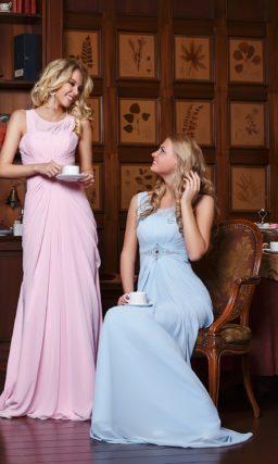 Лаконичное вечернее платье прямого кроя в нежных пастельных тонах.