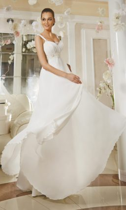 Прямое свадебное платье в ампирном стиле с элегантными бретельками и вышивкой на поясе.