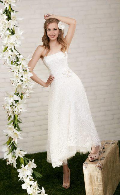 Открытое свадебное платье чайной длины, дополненное поясом с объемным бутоном на талии.