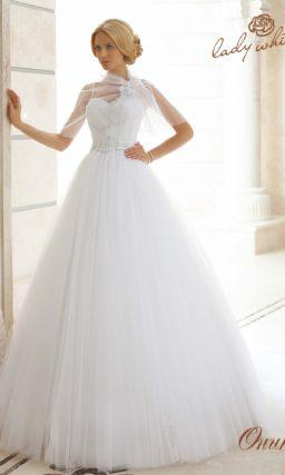 Пышное свадебное платье с лифом в форме сердечка и узкими бретелями.