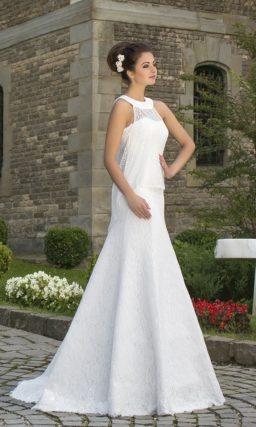 Атласное свадебное платье с открытым лифом прямого кроя.