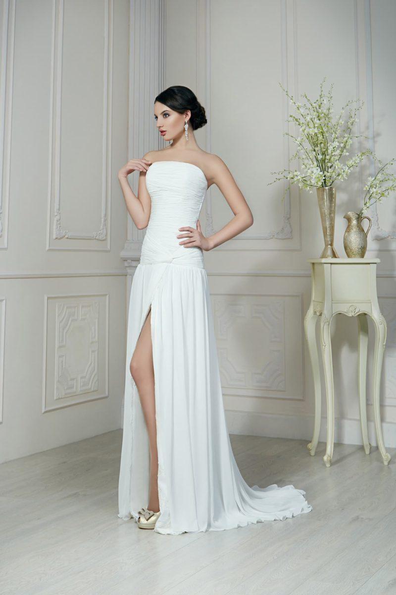 Чувственное свадебное платье прямого кроя с высоким разрезом на юбке со шлейфом.