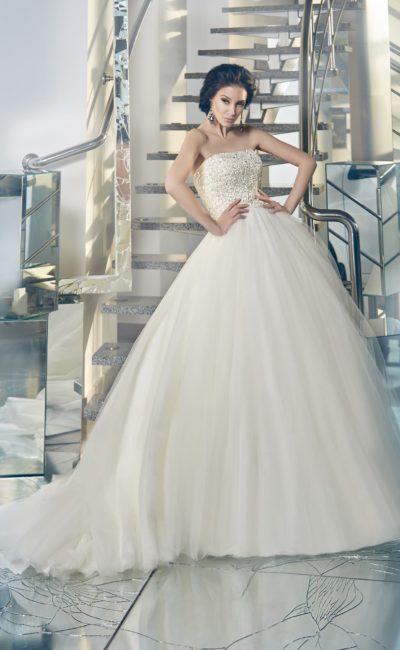 Невероятно пышное свадебное платье с кружевным верхом и торжественным объемным шлейфом.