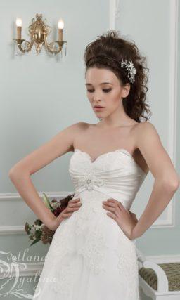 Прямое свадебное платье с лифом в форме сердца и кружевным шлейфом.