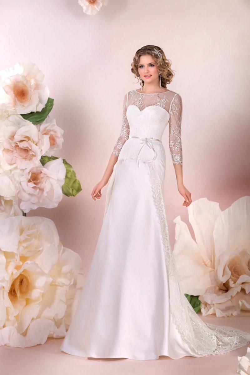 Атласное свадебное платье с закрытым верхом и кружевными рукавами длиной три четверти.