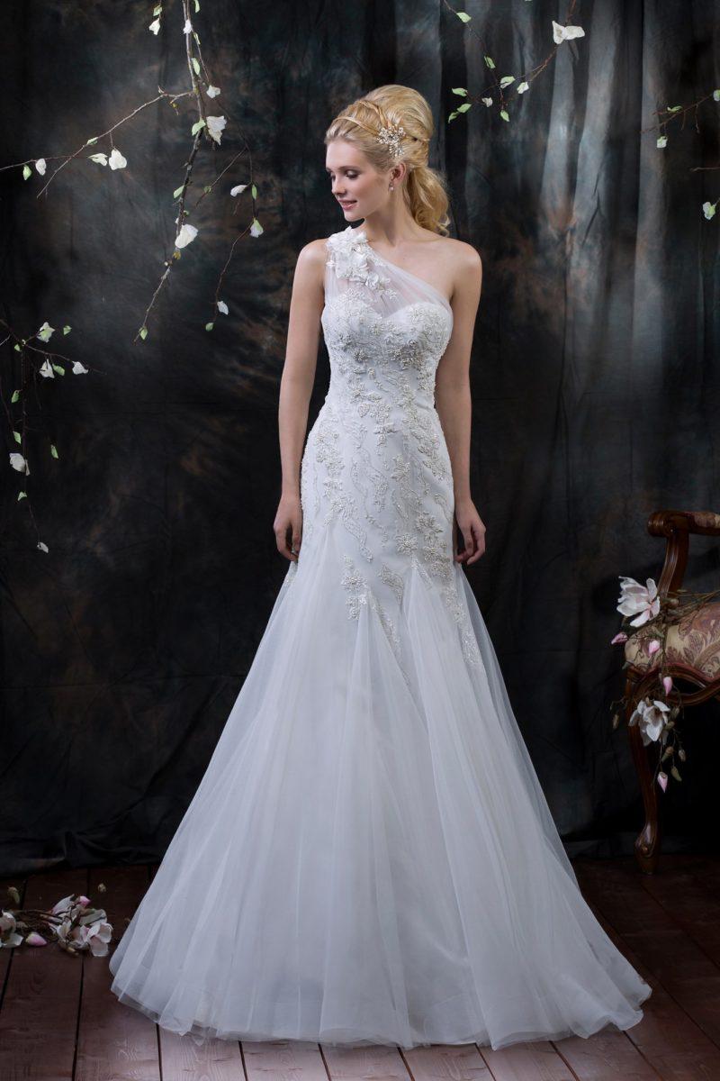 Облегающее свадебное платье с асимметричным верхом и роскошной вышивкой бисером.