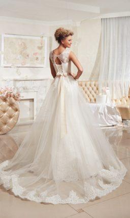 Свадебное платье «русалка» с полупрозрачной верхней юбкой и закрытым верхом с округлым вырезом.