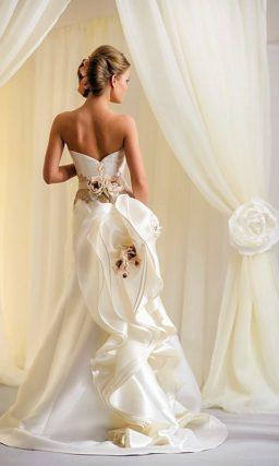 Атласное свадебное платье с пышным декором шлейфа и коротким болеро.