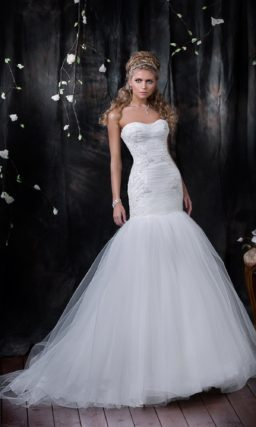 Изящное свадебное платье с драпировками по корсету и роскошной юбкой силуэта «рыбка».