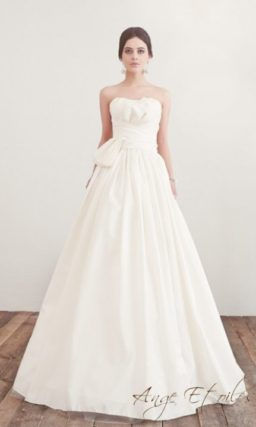Свадебное платье А-кроя с оригинальной отделкой драпировками на корсете.