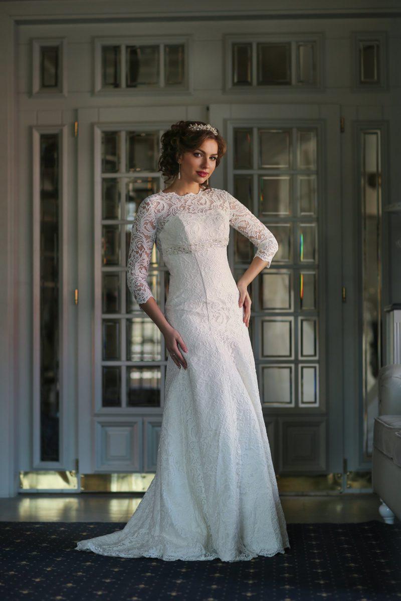 Закрытое свадебное платье прямого силуэта, оформленное плотной кружевной тканью по всей длине.
