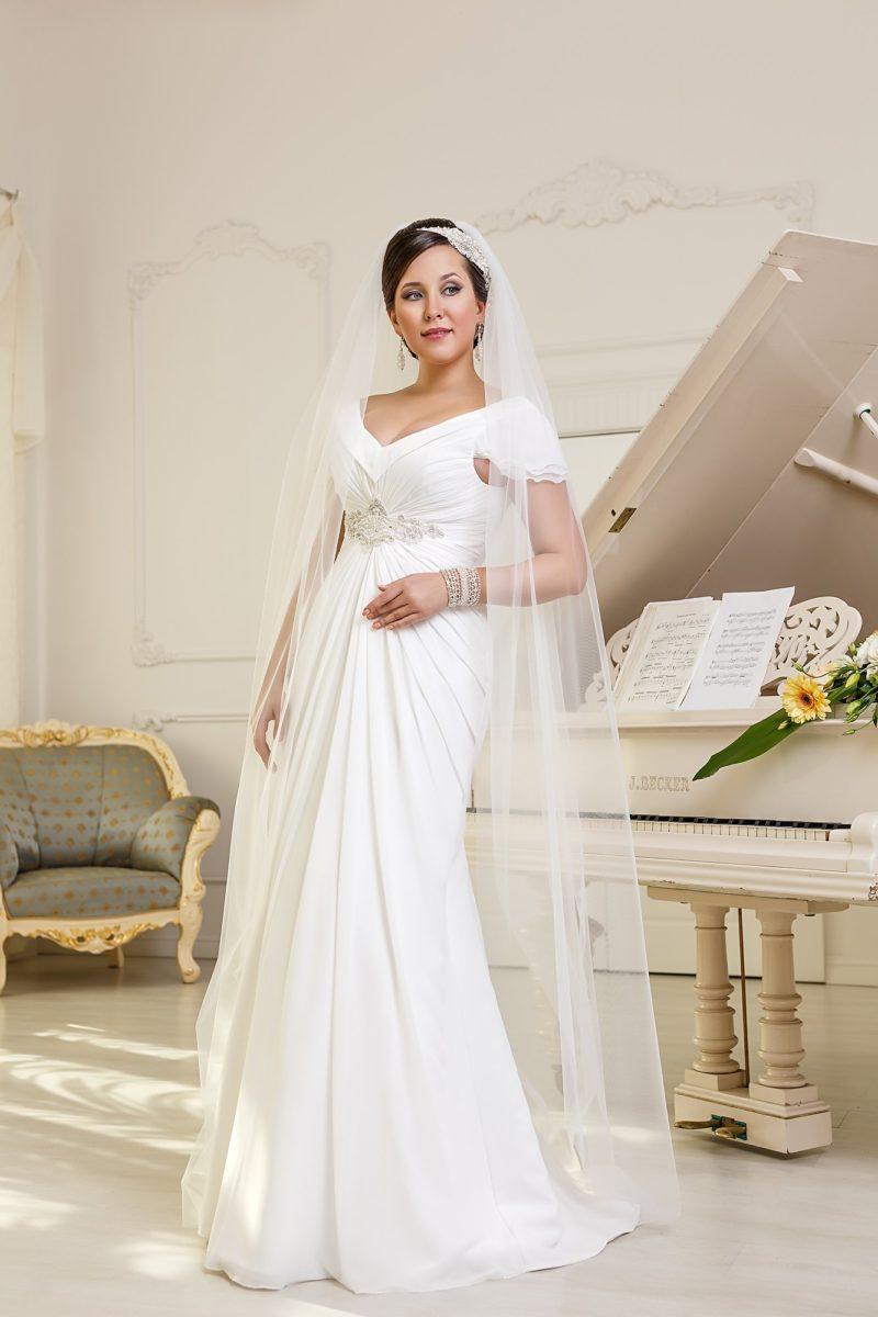 Элегантное свадебное платье облегающего кроя, с короткими рукавами и декором из драпировок.