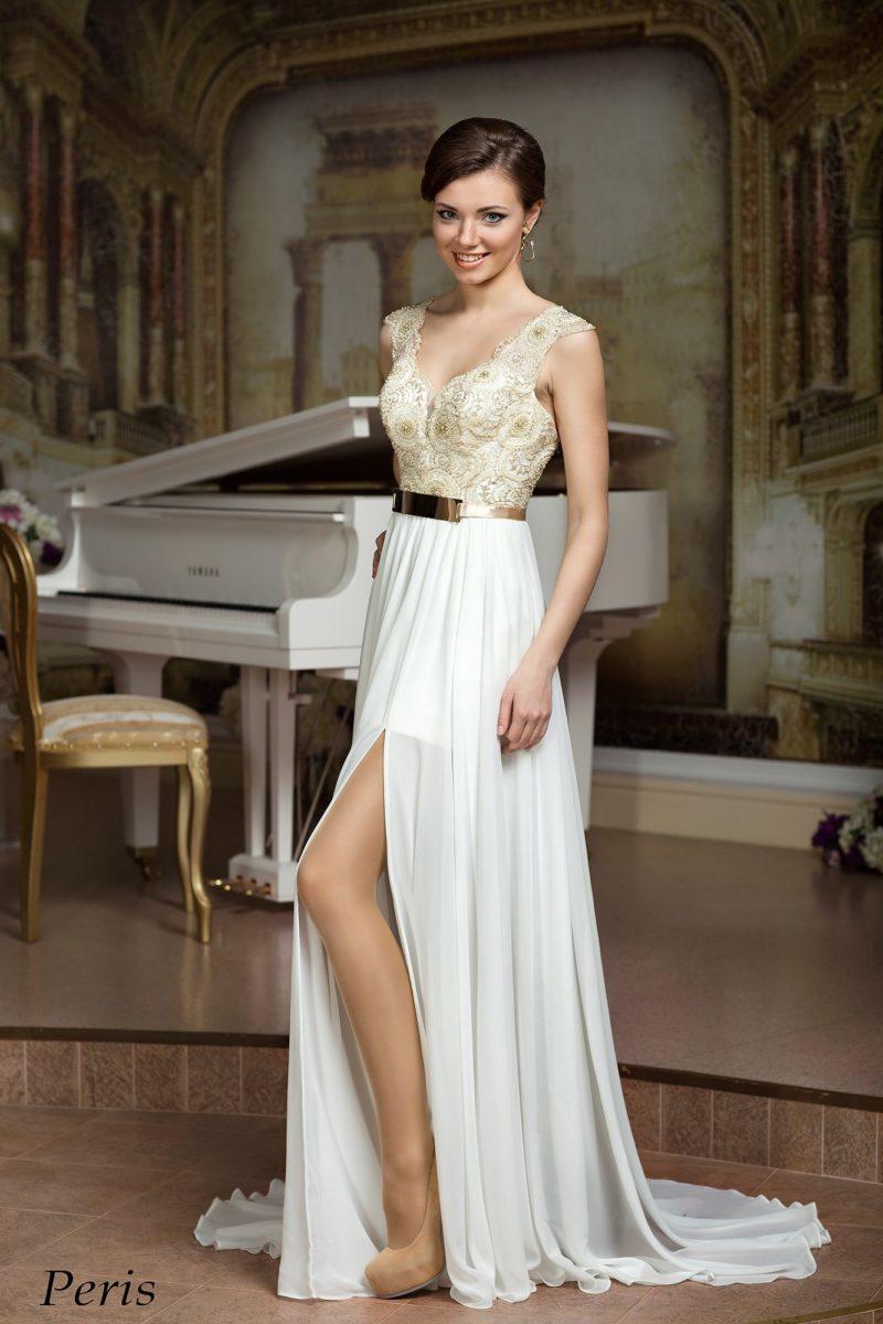 Прямое свадебное платье с золотистой вышивкой на корсет и разрезом по длинной юбке.