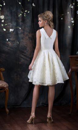 Закрытое свадебное платье с лаконичным воротником и фактурной юбкой выше колена.