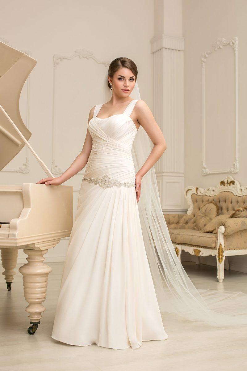 Романтичное свадебное платье с заниженной линией талии и отделкой из драпировок по корсету.