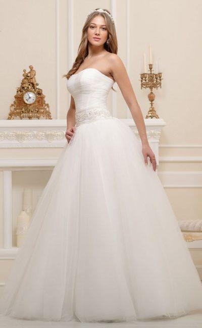 Шикарное свадебное платье с многослойной юбкой и лаконичным корсетом с широким поясом.