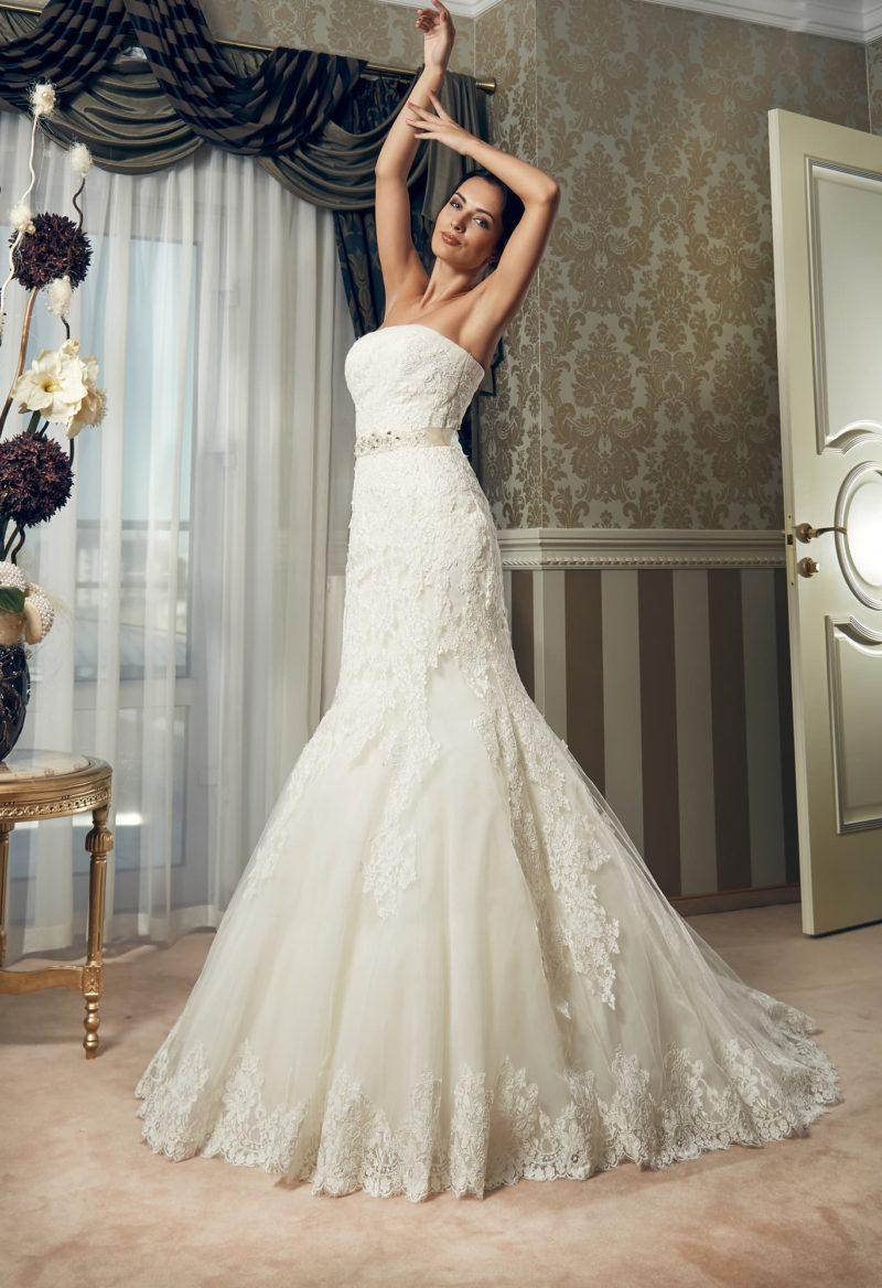 Классическое свадебное платье «русалка» с лифом прямого кроя и кружевной отделкой.