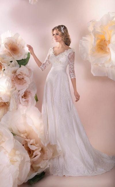 Романтичное свадебное платье с атласной подкладкой, V-образным декольте и рукавами три четверти.
