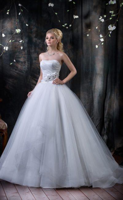 Пышное свадебное платье с элегантным открытым корсетом и широким поясом с объемным декором.