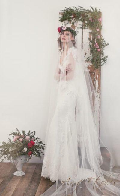 Прямое свадебное платье с коротким кружевным рукавом и стильным декольте.