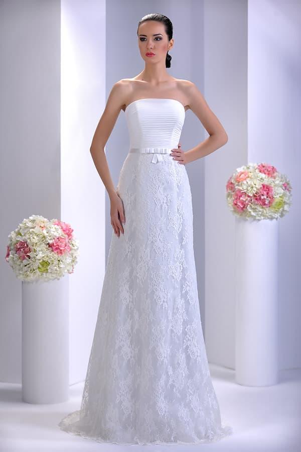 Облегающее свадебное платье с драпировками на прямом лифе и кружевным низом.