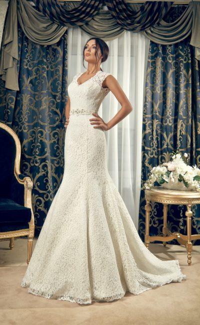 Свадебное платье «рыбка» с открытой спинкой и широкими кружевными бретельками.
