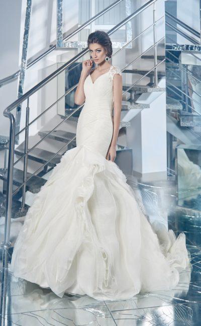Кокетливое свадебное платье «рыбка» с подчеркнуто пышной юбкой и элегантными рукавами.