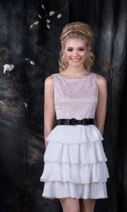 Нежное свадебное платье с розовым верхом и юбкой до середины бедра, покрытой пышными оборками.