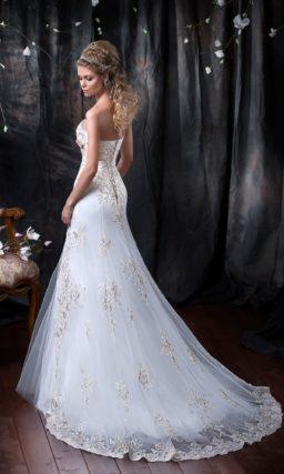Оригинальное свадебное платье с роскошным шлейфом и отделкой золотистым кружевом и атласом.