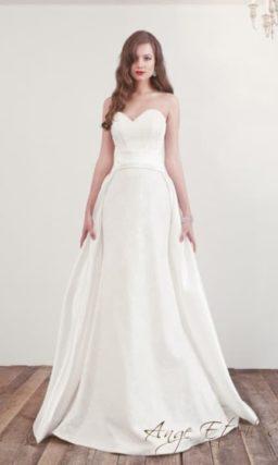 Атласное свадебное платье с юбкой оригинального кроя.