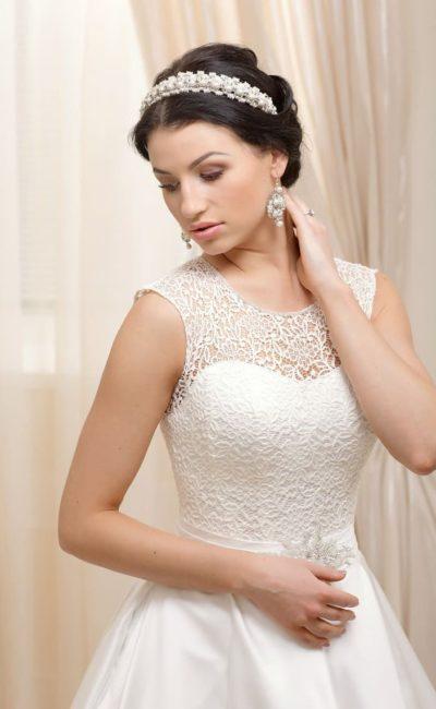 Классическое свадебное платье А-силуэта с закрытым кружевной тканью корсетом с лифом-сердечком.