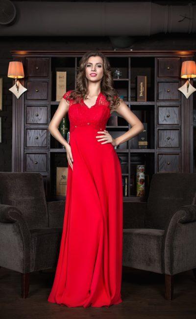 Прямое вечернее платье из шелка с широкими кружевными бретелями.