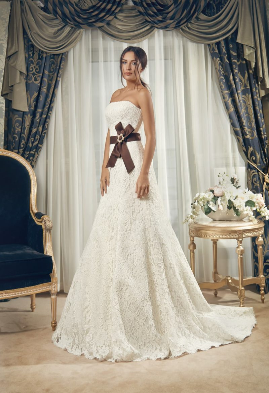 Кружевное свадебное платье «трапеция» с лаконичным лифом и атласным поясом темного цвета.