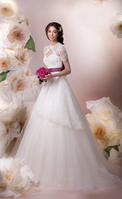 Свадебное платье «принцесса» с кружевным верхом подола и широким атласным поясом фиолетового цвета.