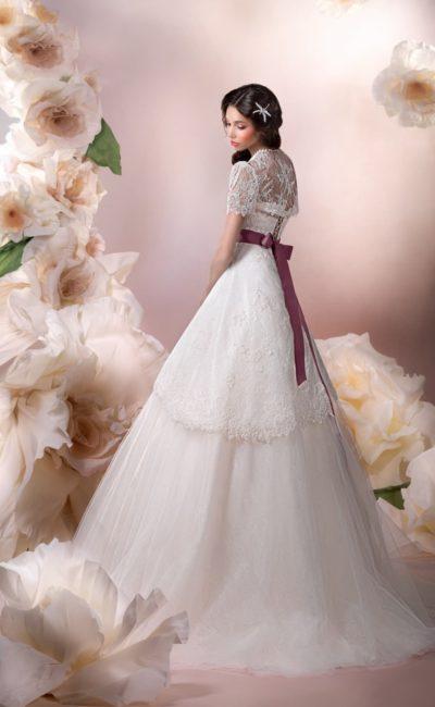 Утонченное свадебное платье с фиолетовым поясом из атласа и коротким кружевным болеро.