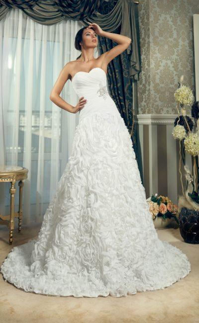 Коктейльное свадебное платье с объемным декором подола и элегантным декольте в форме сердца.