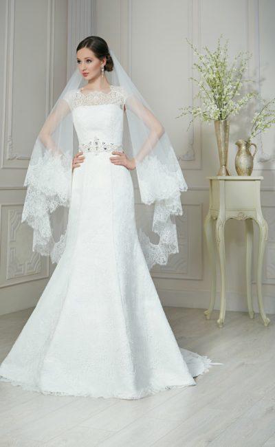 Свадебное платье «рыбка» с кружевным верхом и бисерной отделкой широкого пояса.