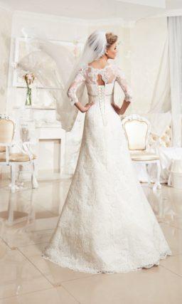 Свадебное платье «трапеция» с фигурным декольте и облегающими кружевными рукавами.
