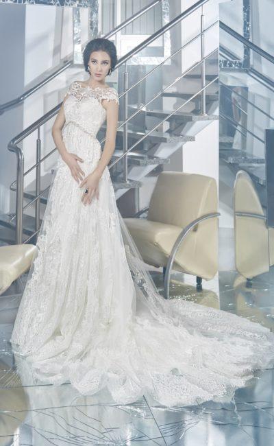 Романтичное свадебное платье с завышенной линией талии, выделенной сверкающим поясом.