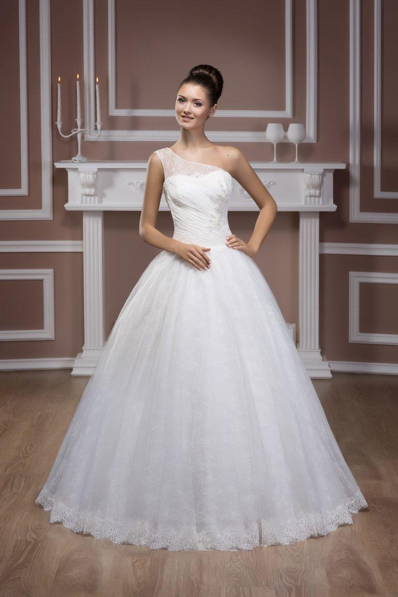 Свадебное платье с широкой кружевной бретелью над лифом и многослойной юбкой.